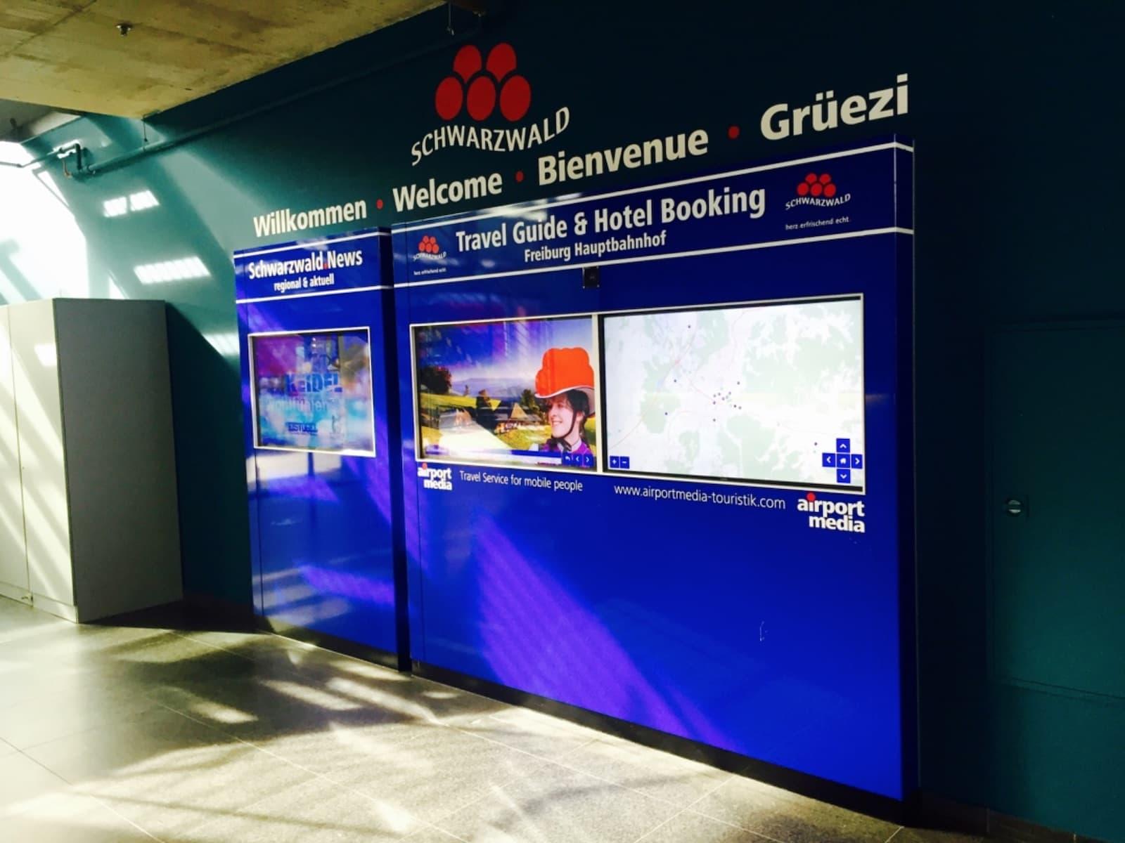 Info-Tafel mit sprachgerechter Ansprache der Marke Schwarzwald für Touristen im Hauptbahnhof in Freiburg im Breisgau